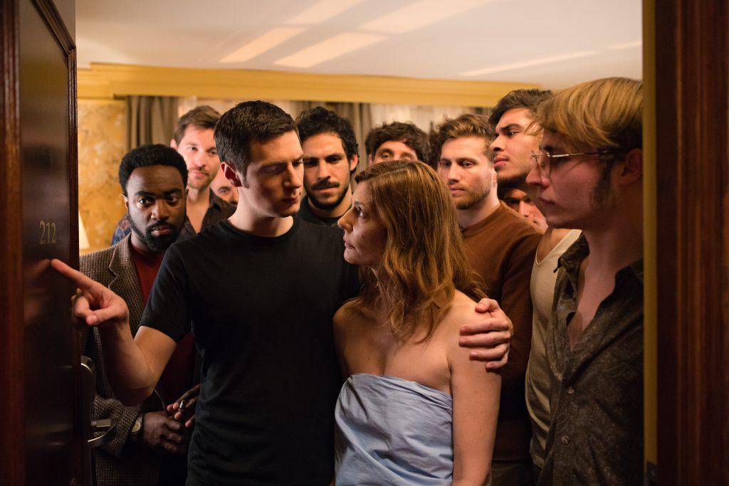 Les personnages de Chiara Mastroianni, Benjamin Biolay, Vincent Lacoste et Camille Cottin apportent réflexion sur les relations extraconjugales dans Chambre 212