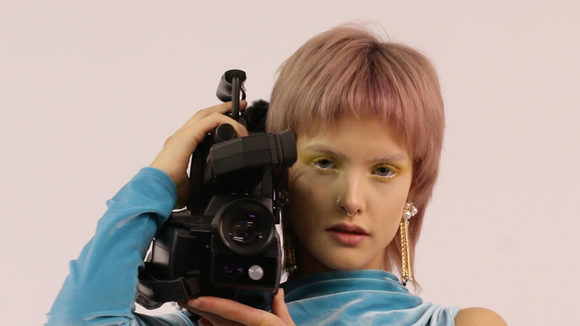 """""""Capture"""": le nouveau clip de Midnight Sofa mêle addiction aux écrans et phare à paupière rose poudré"""